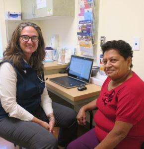 Foto de Jessica Fuentes, MSN, CRNP, Enfermera Certificada Familiar, con una paciente en una salon para cuidado primario
